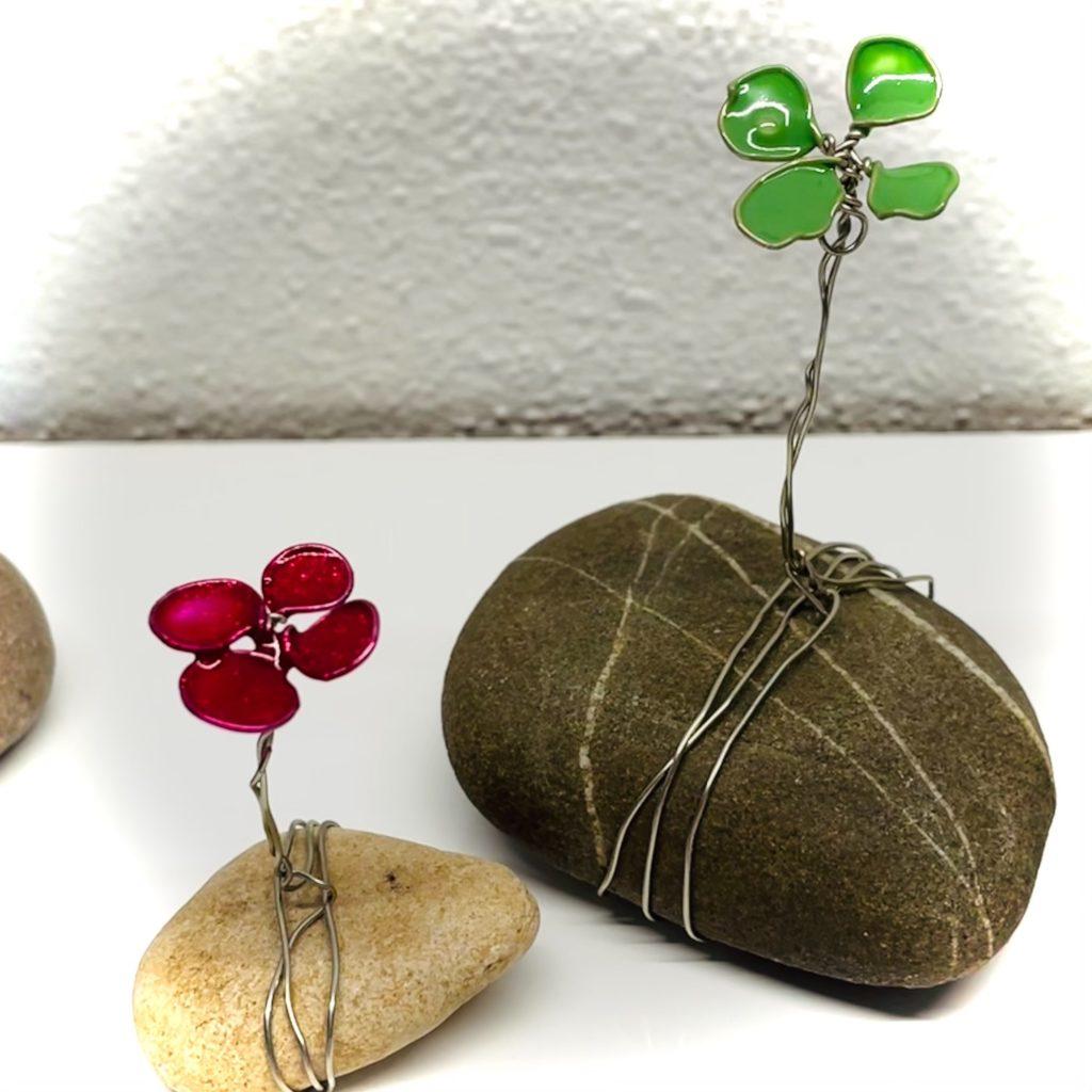 Blume oder Kleeblatt aus Draht und Nagellack