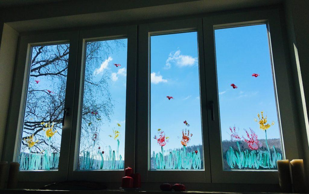 Frühlingsblumen am Fenster mit Fingerfarben