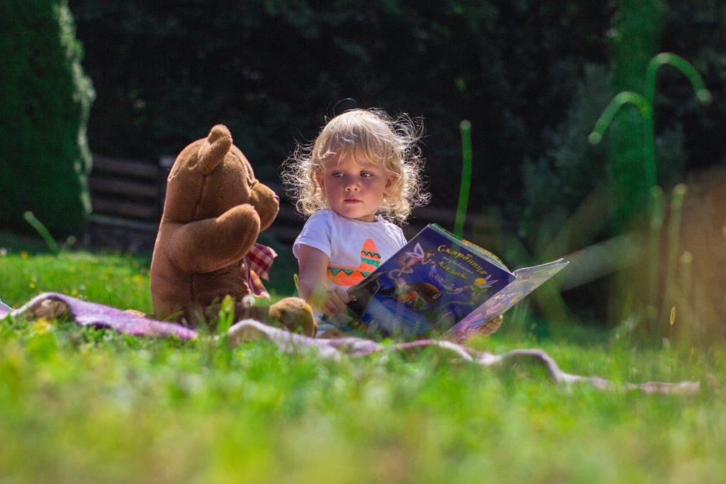 Dem Bären eine Geschichte vorlesen
