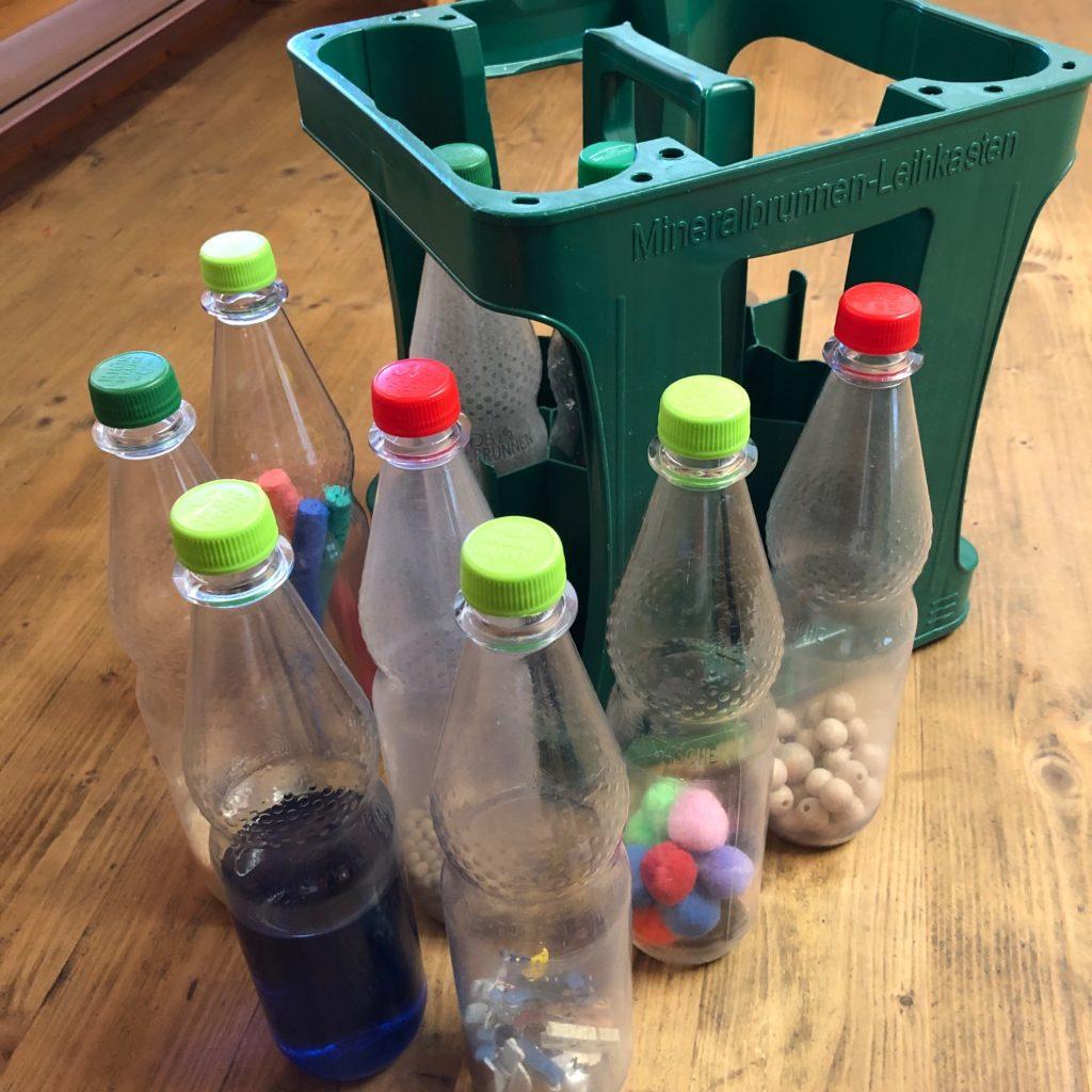 Spiel mit leeren Plastikflaschen