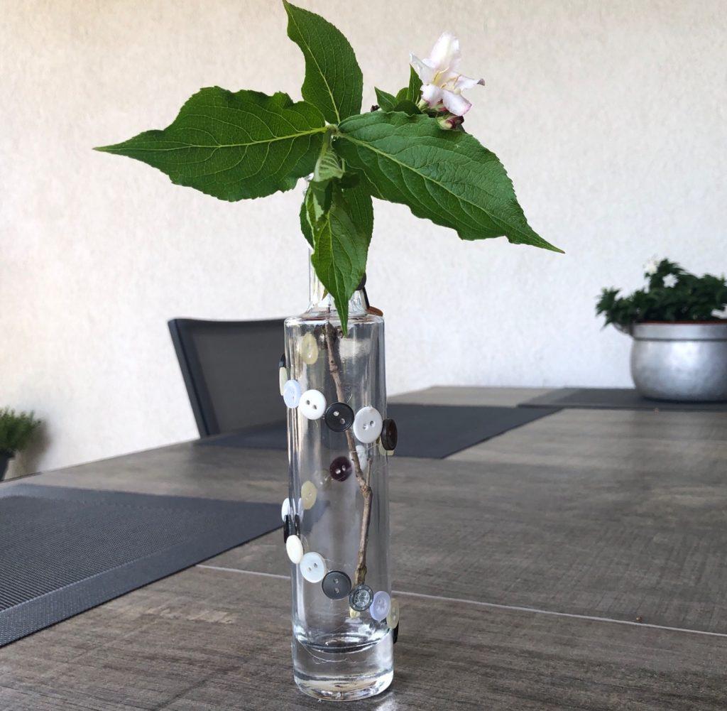 Vase mit Knöpfen