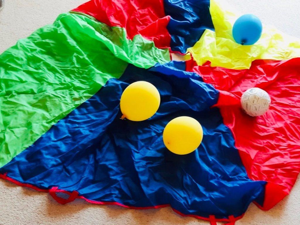 Farb-Spiele mit dem Schwungtuch/Betttuch