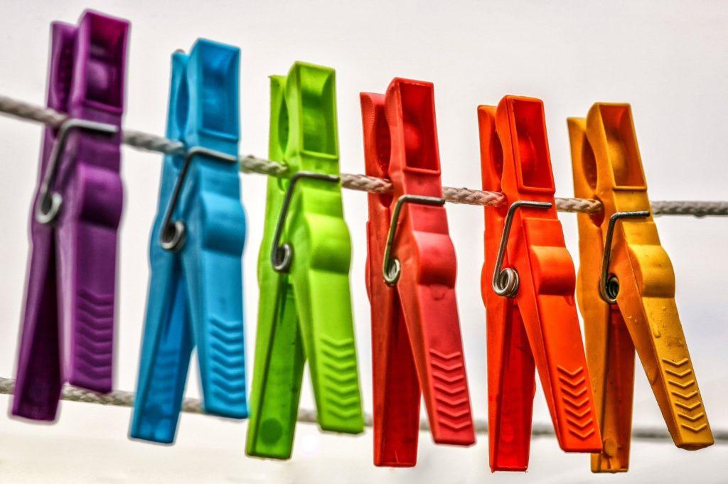 6 Farbspiele mit Wäscheklammern