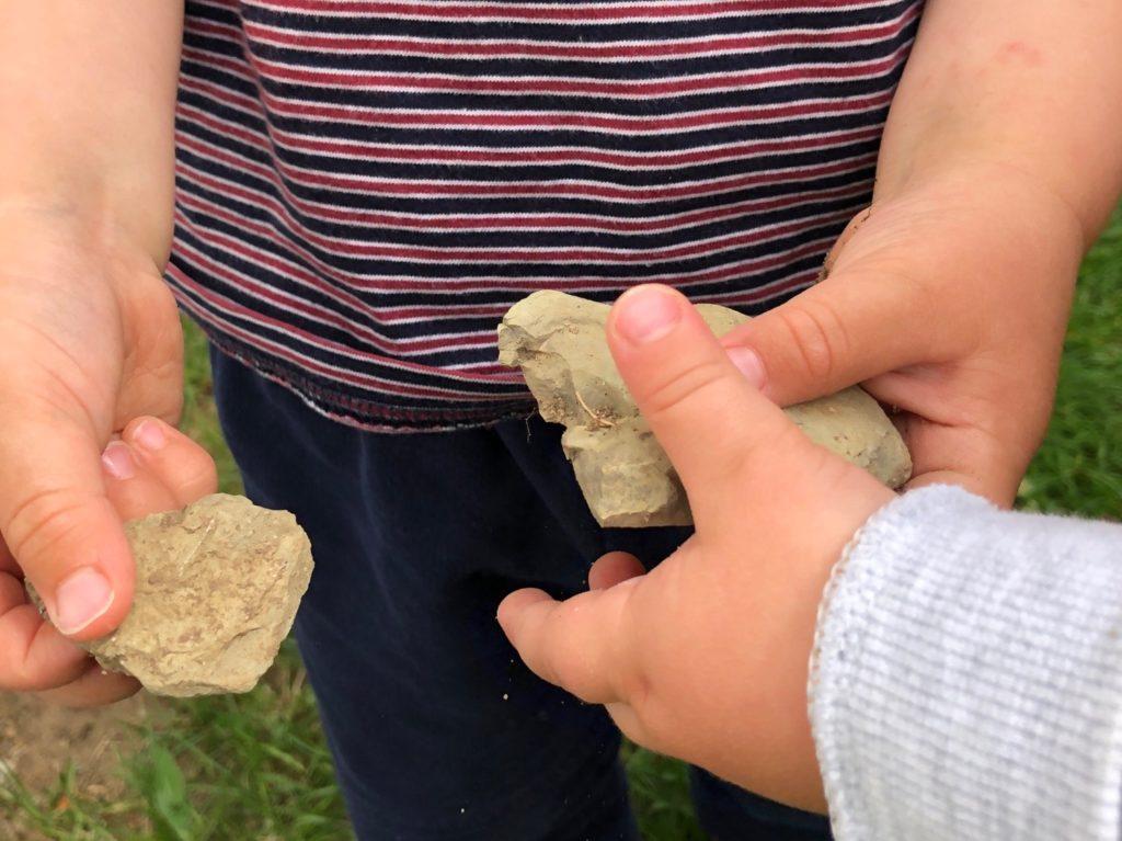 Steine sammeln und damit spielen (4 Ideen)