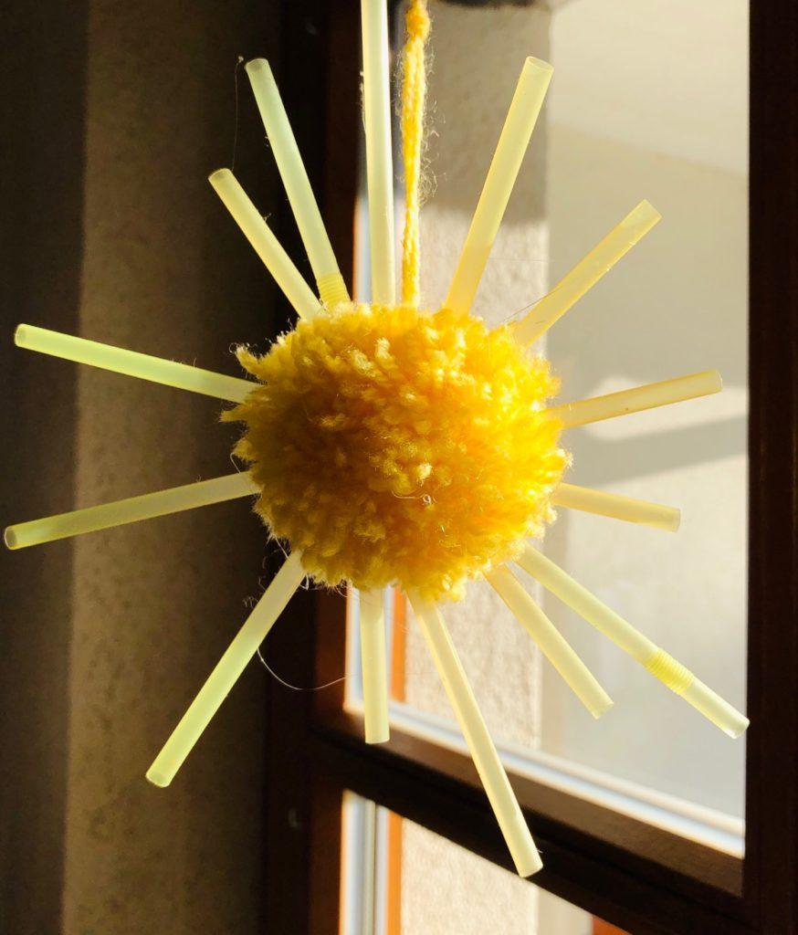 Sonne mit Strahlen: aus Wuschel und Strohhalmen