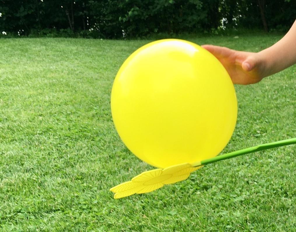 Luftballonspiele mit Fliegenklatsche