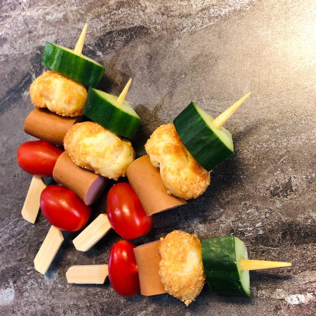 Spieße mit Parmesan-Blätterteig-Bällchen (Food Pops)