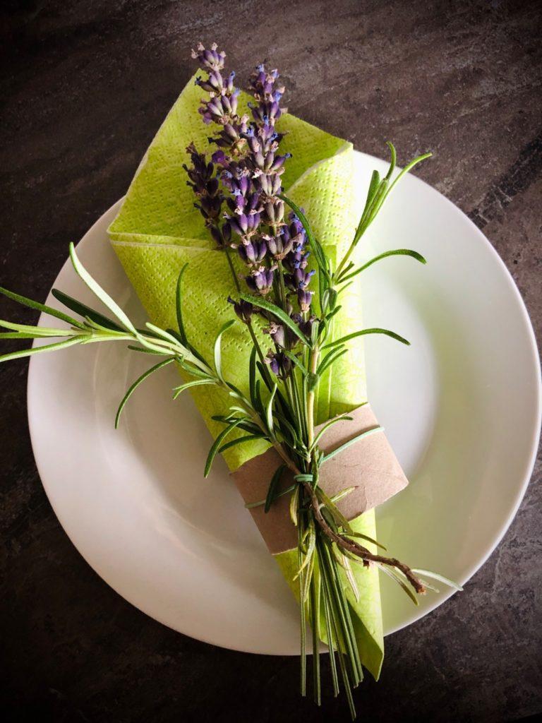 Tischdekoration mit Lavendel