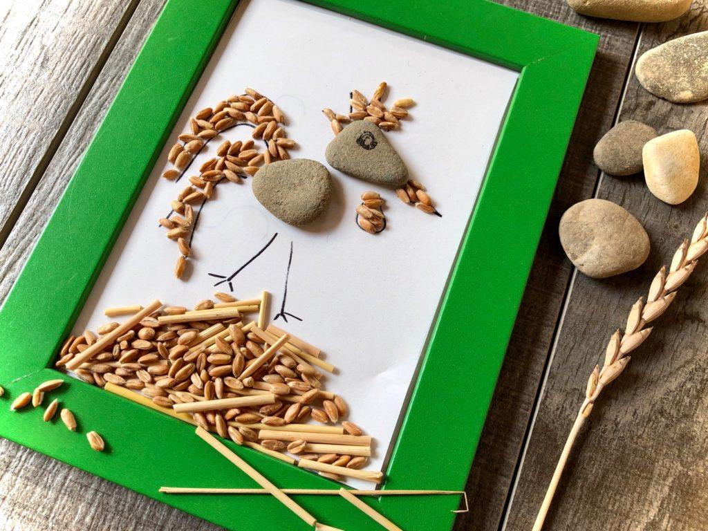 Hahn aus Getreide und Steinen