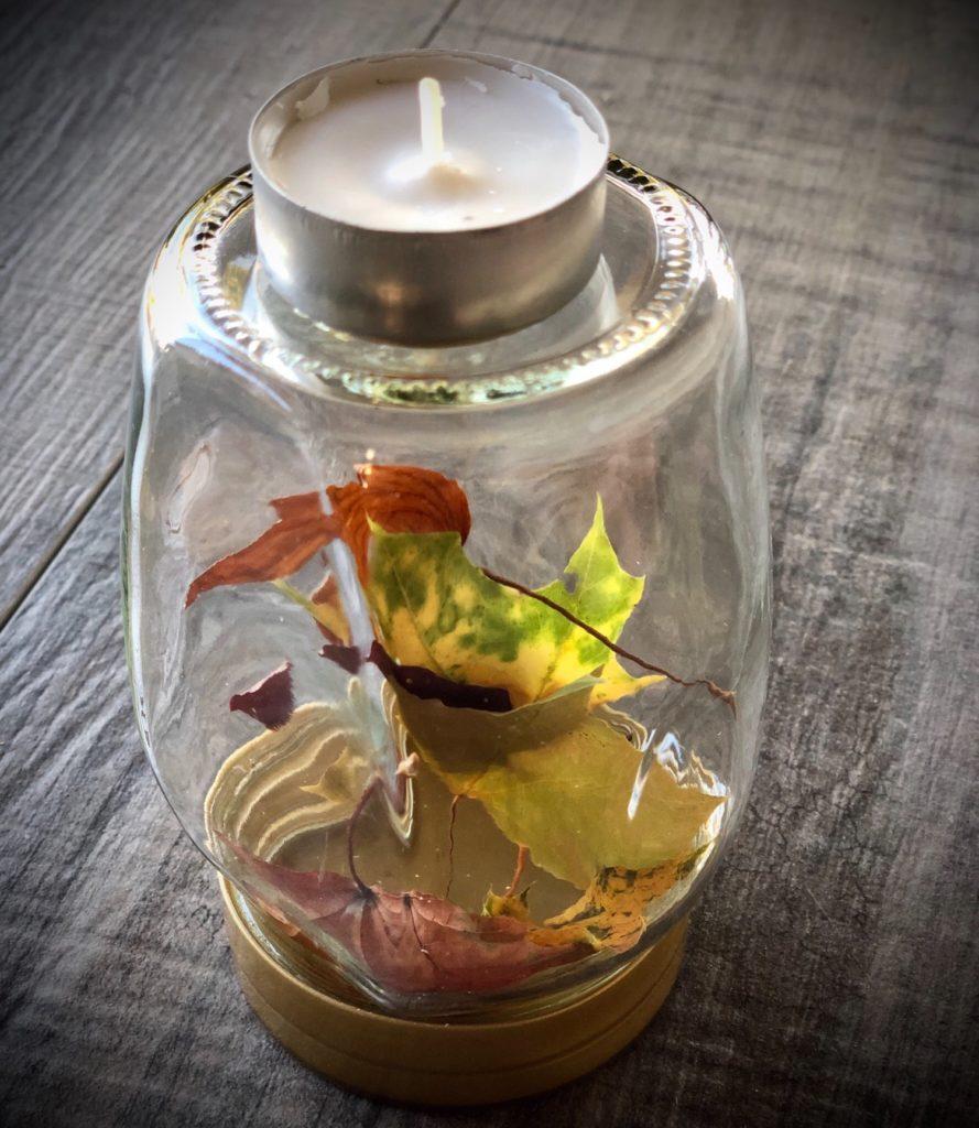 Herbstblätter im Glas