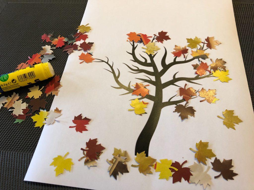 Herbstbaum mit ausgestanzten Blättern (3 Ideen)
