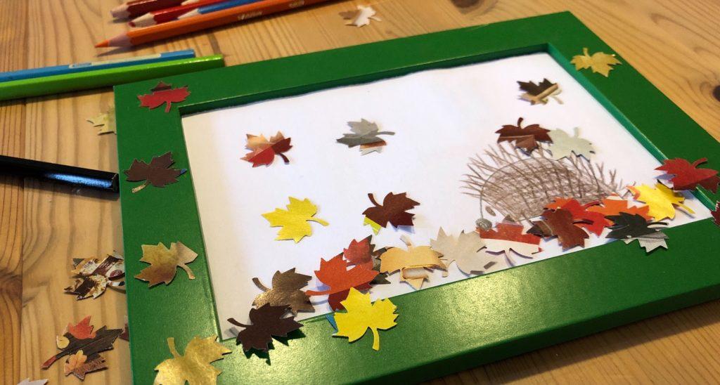 Igel im Blätterhaufen