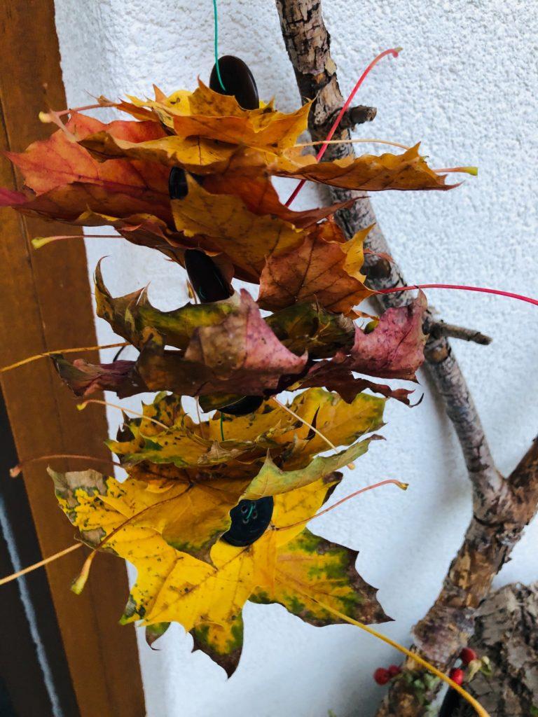 Blättergirlande mit Knöpfen